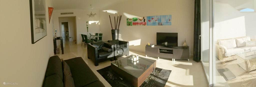 fijne woonkamer met Nederlandse TV Wireless internet
