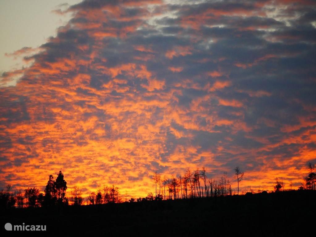 Een adembenemende zonsondergang, gezien vanaf het voorste terras.