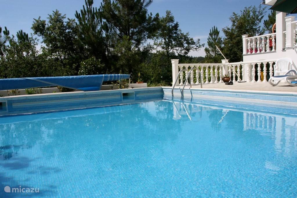 Casa Pancrasia heeft een heerlijk zwembad voor een verkoelende duik. Een eigen ongerepte waterbron verzorgt de watervoorziening in huis en van het zwembad. Het zwembad wordt verwarmd met zonne-energie en ook het warmwater wordt verwarmd door zonnecollectoren.