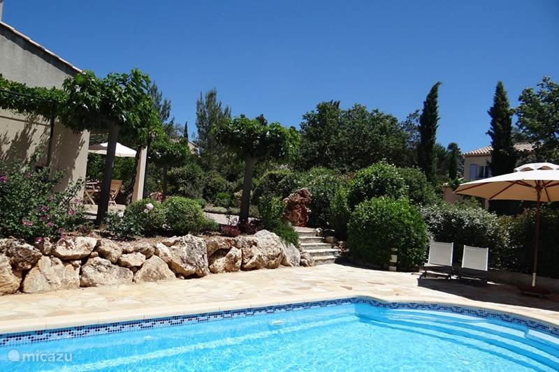 Jardin du golf 44 met zwembad in nans les pins provence for Villa du jardin wedding