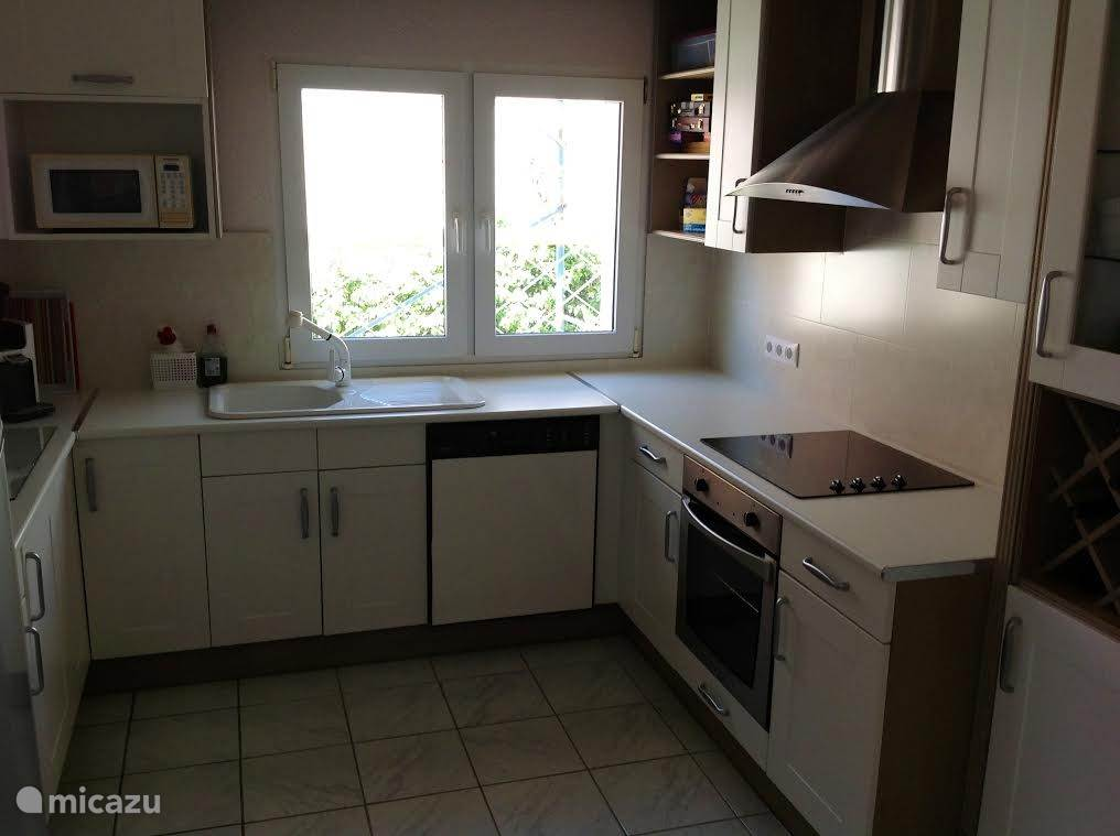 Keuken met alle gemakken voorzien, keramische kookplaat, oven magnetron en koelvriescombinatie.