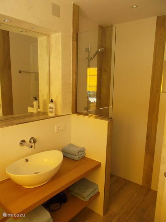 Badkamer on-suite boven.