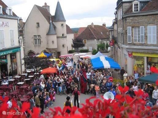 Wekelijkse avondmarkt in Arnay le Duc