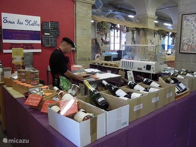 Markt in Autun in de prachtig gewelfde hallen onder het gemeentehuis