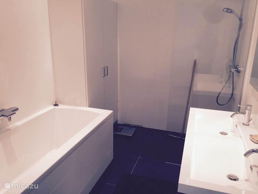 badkamer met ligbad en regendouche