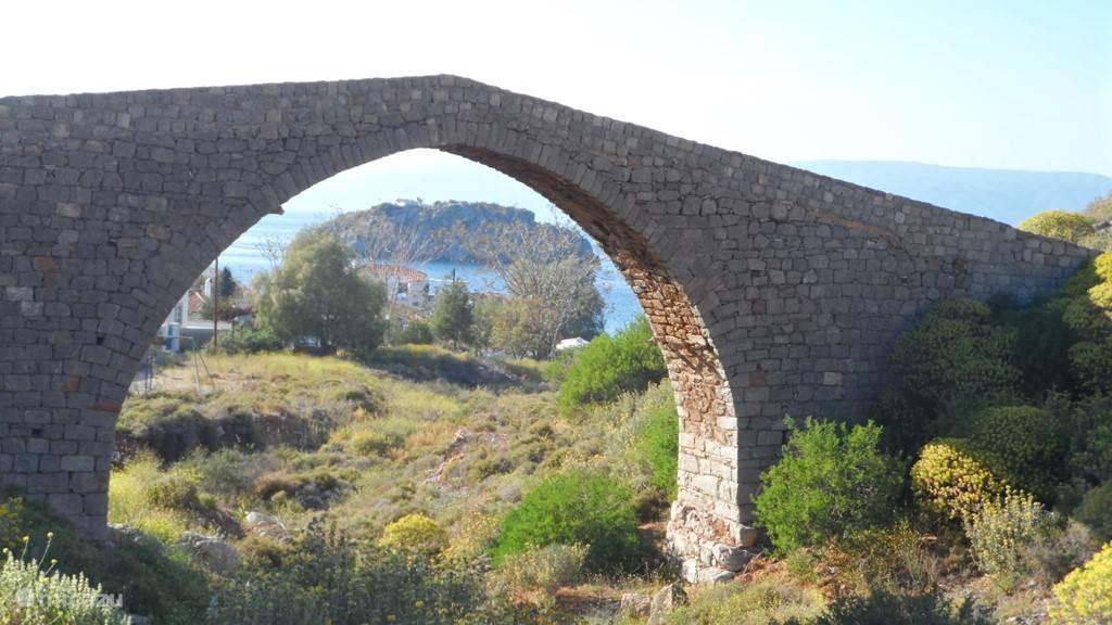 De 18e eeuwse steen brug in Vlichos