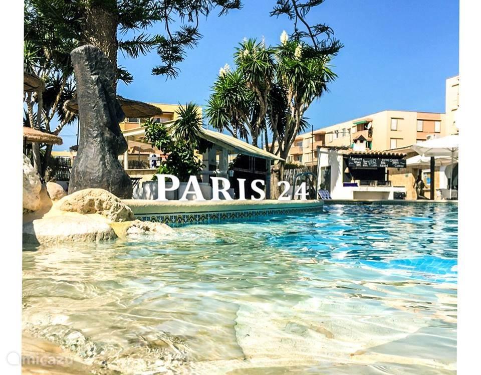 Het zwembad en het restaurant van Paris 24 op 250 m. van het appartement.