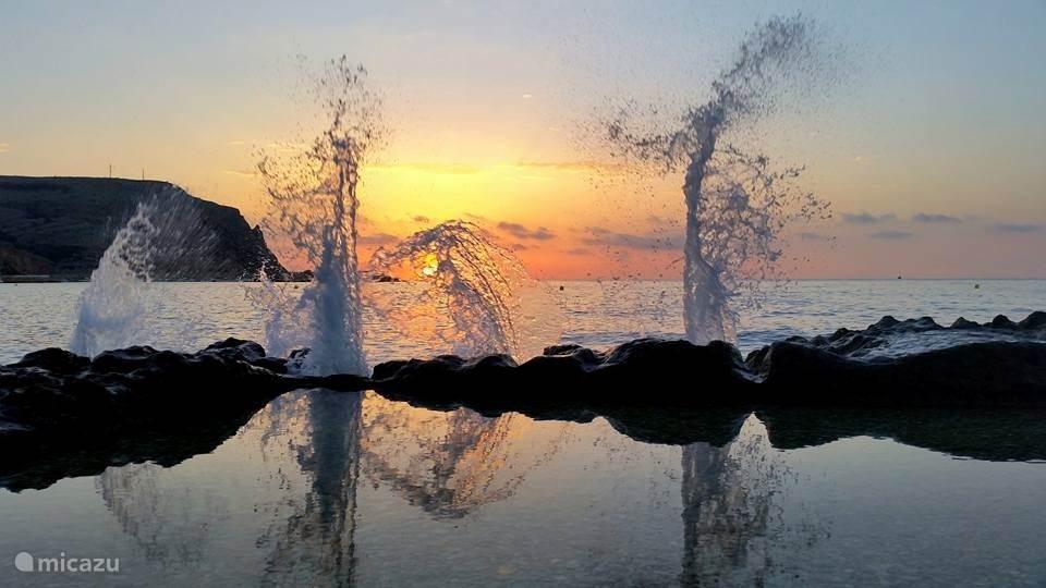 Het mooie rotsstrand in Javea bij zon opkomst