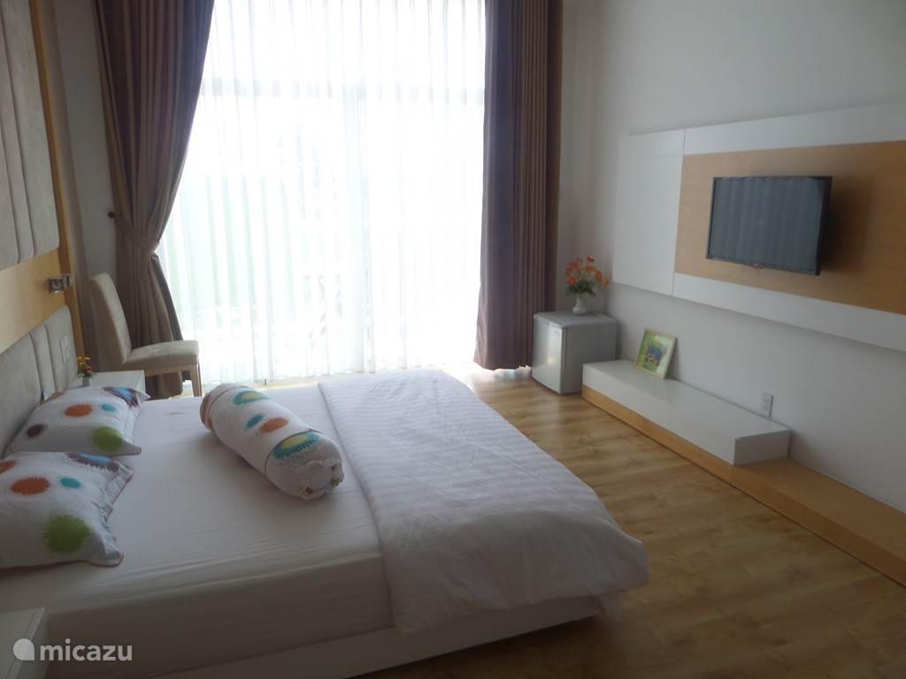 Grote slaapkamer, badkamer en balkon en-suite