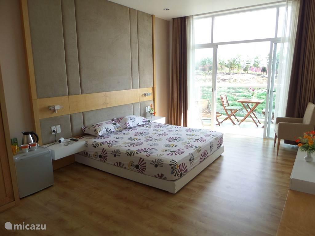 Slaapkamer met gemeubileerd balkon. Bed 180 x 200