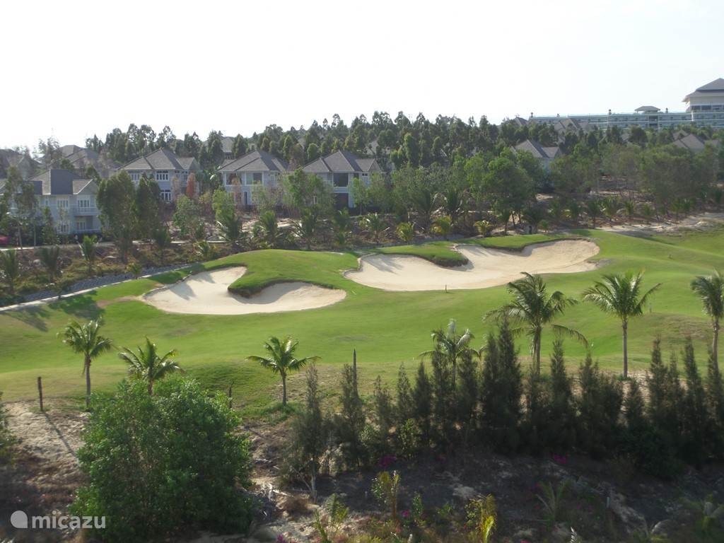 18 holes golfcourse (11 km) met op de achtergrond het 5 sterren hotel van Sea Links City