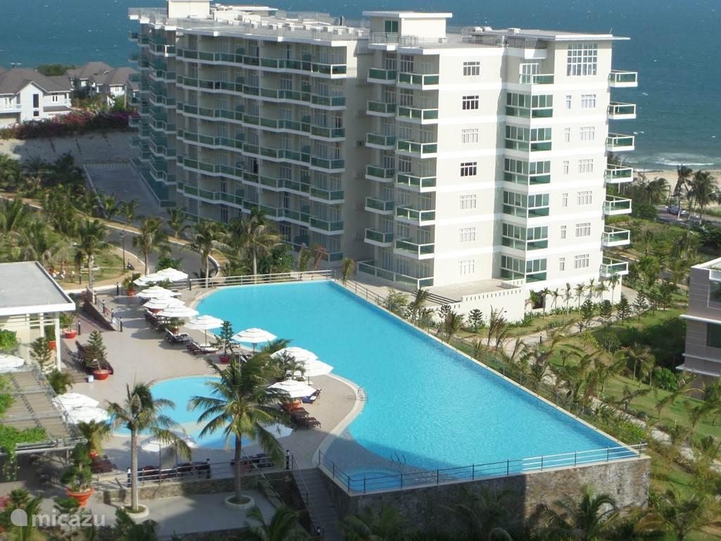 ons blok F met her riante, 40 m lange zwembad. gratis ligstoelen en handdoeken
