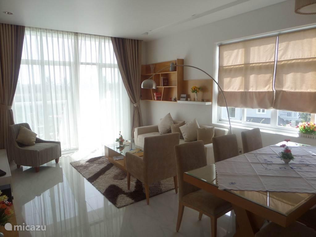 mooie grote woonkamer met eettafel 4 - 6 stoelen