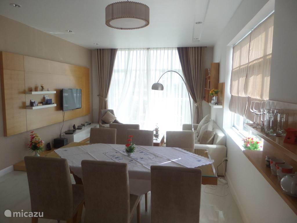eet-woonkamer met balkon