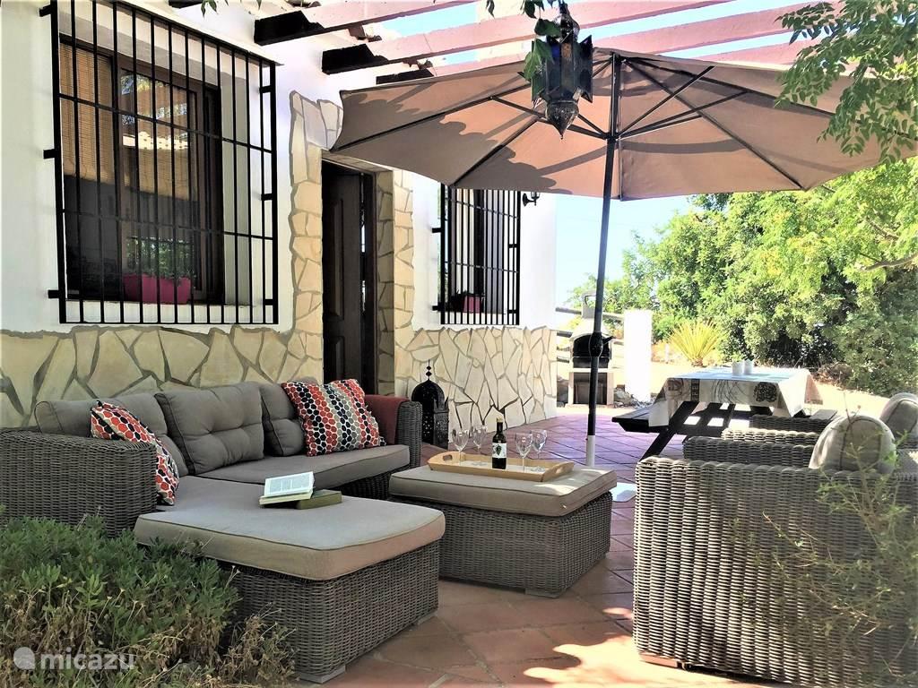 Op het terras bij Casa Lobera is het goed vertoeven!