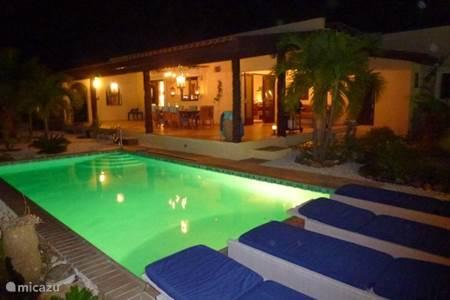 Villa aruba villa montanja in noord noord aruba huren - Zwembad terras outs ...
