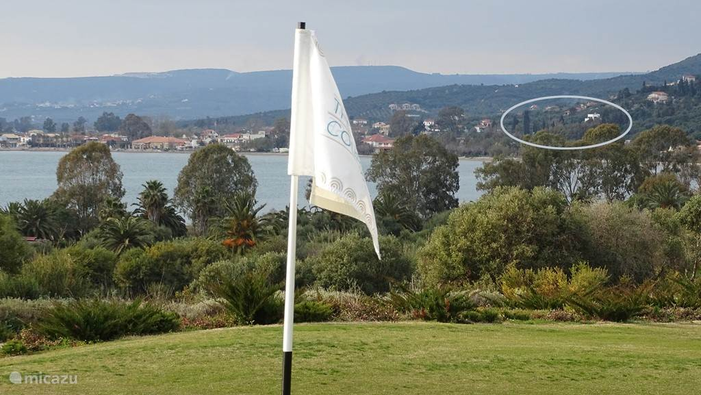 Villa Andreas gezien vanaf de Golfbaan, met tussenin de baai van Navarino.