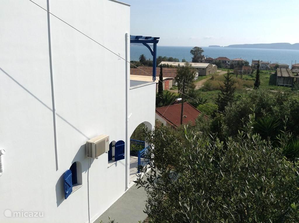 Rechterkant villa, met uitzicht op de Baai van Navarino.