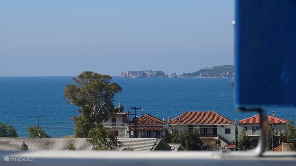 Uitzicht vanaf Balkon 1e verdieping: u ziet de baai van Navarino en het eiland Sfaktiri, bekende van de Peloponnesische Oorlog (431 - 404 v.Chr.): de strijd tussen de oude stadstaten Athene en Sparta, de twee grootmachten van het Griekenland van die tijd.