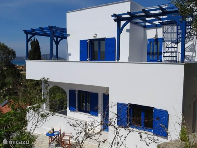 Linkerkant villa Andreas, twee balkons en een dakterras van 35 vierkante meter waarbij u een onbeperkt uitzicht heeft op Pylos, de baai van Navarino, Gialova Lagoon en het dorpje Gialova.