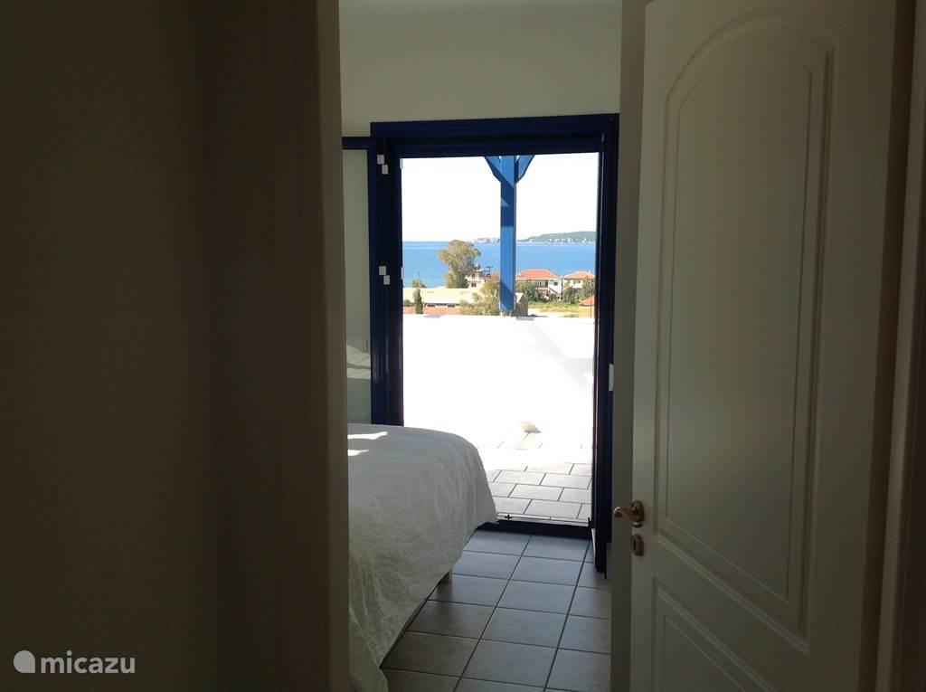 1e verdieping: uitzicht vanuit de slaapkamer richting de baai van Navarino.