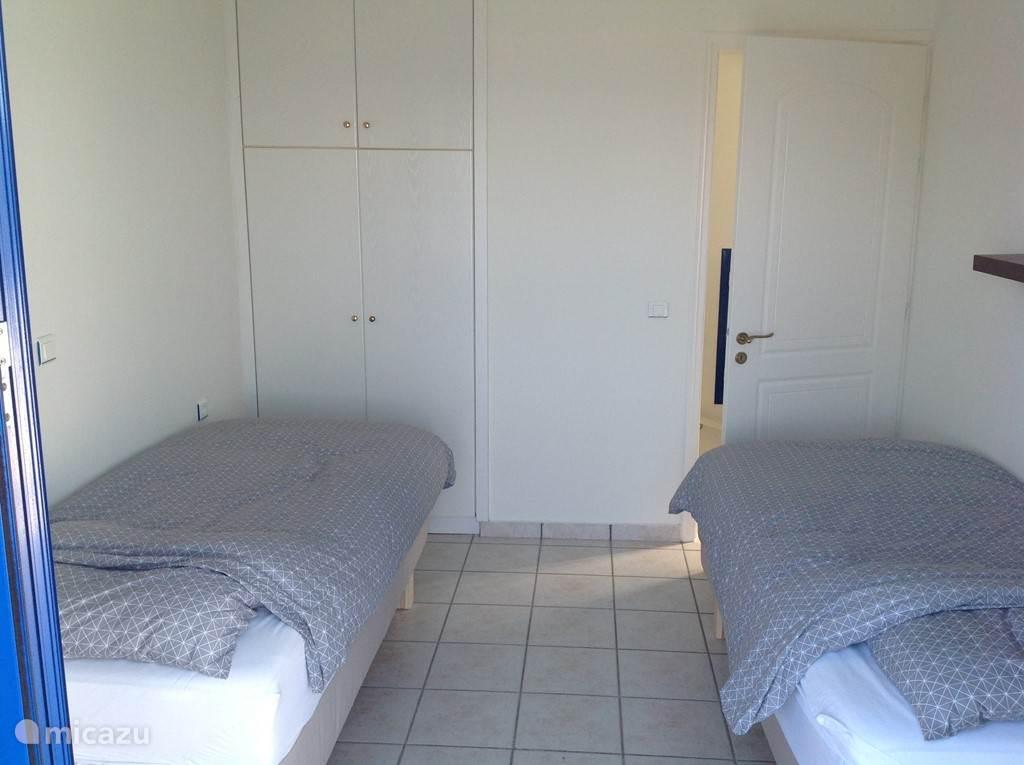 1e verdieping: Slaapkamer met 2 losse bedden van 90x 200 cm (boxsprings, nieuw mei 2015).