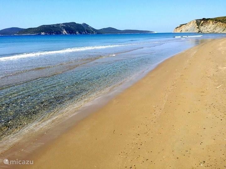 Golden Beach, ook wel Divari Beach genoemd, op 3 km afstand van de villa.