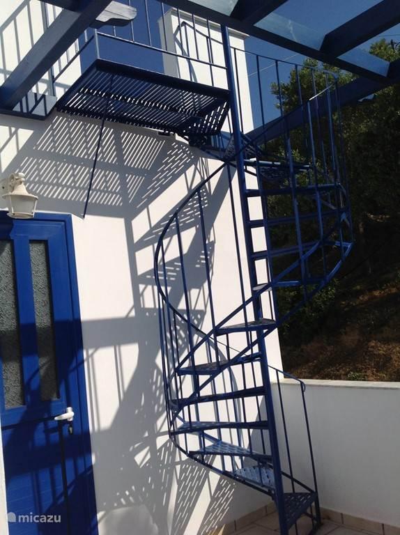 Buitentrap op de 1e verdieping richting het dakterras (ruim 35 vierkante meter)