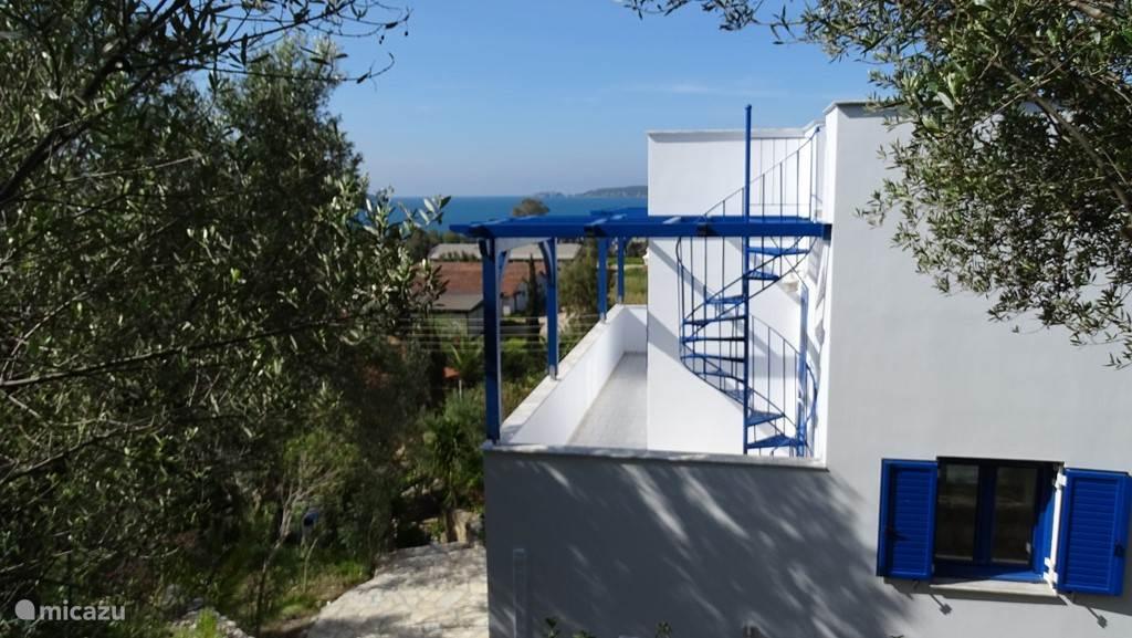 Achterkant villa Andreas, met trap naar het dakterras.