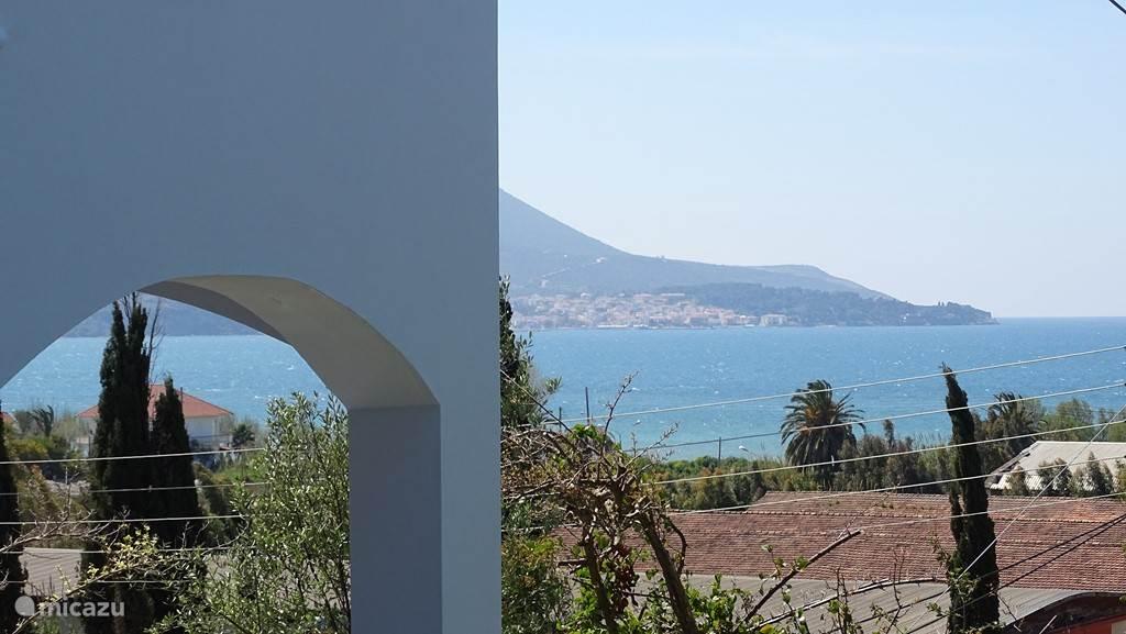 uitzicht op Pylos vanuit de tuin.