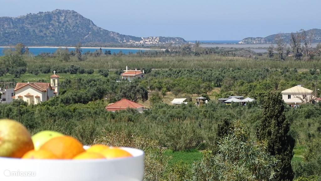 Adembenemend 180 graden uitzicht vanaf ons dakterras op Gialova Lagoon en Voidikilia beach.