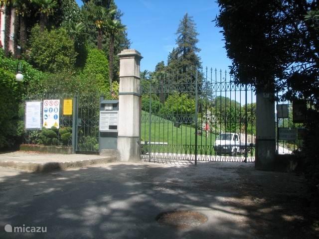 aankomst bij het hek van het terrein. bellenbord rechts van het hek sleutelschakeling aan linkerkant van de poort