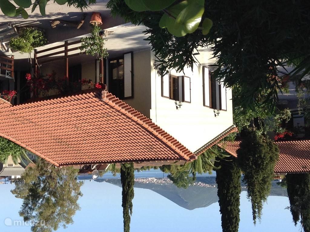 Bungalow Suze, bovenlangs het dak ziet u de stad Pylos en de zee.