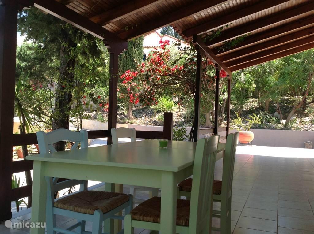 Buitentafel onder de porch