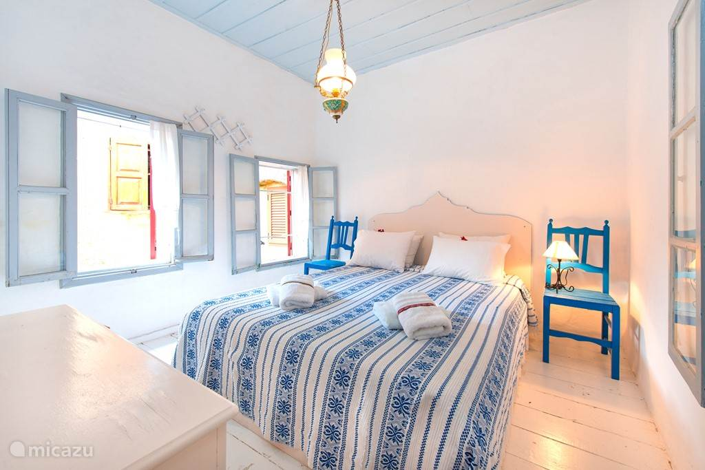 The double bedroom with original wooden floors and authentic ceiling.
