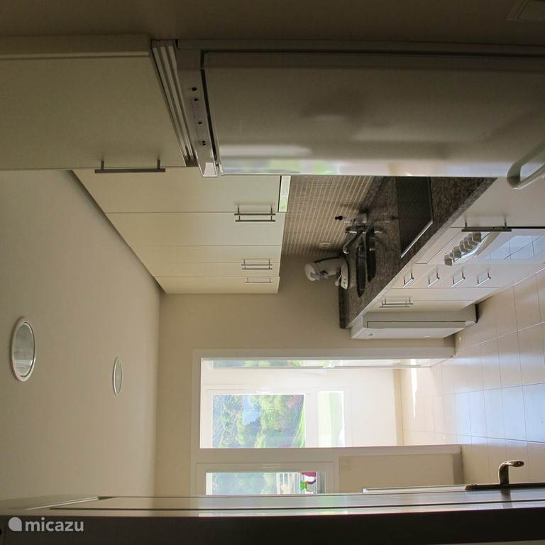 The kitchen downstairs (3th floor) has a dishwasher, a big refrigerator and freezer. There is also a 4 burner electric stove and a oven. 