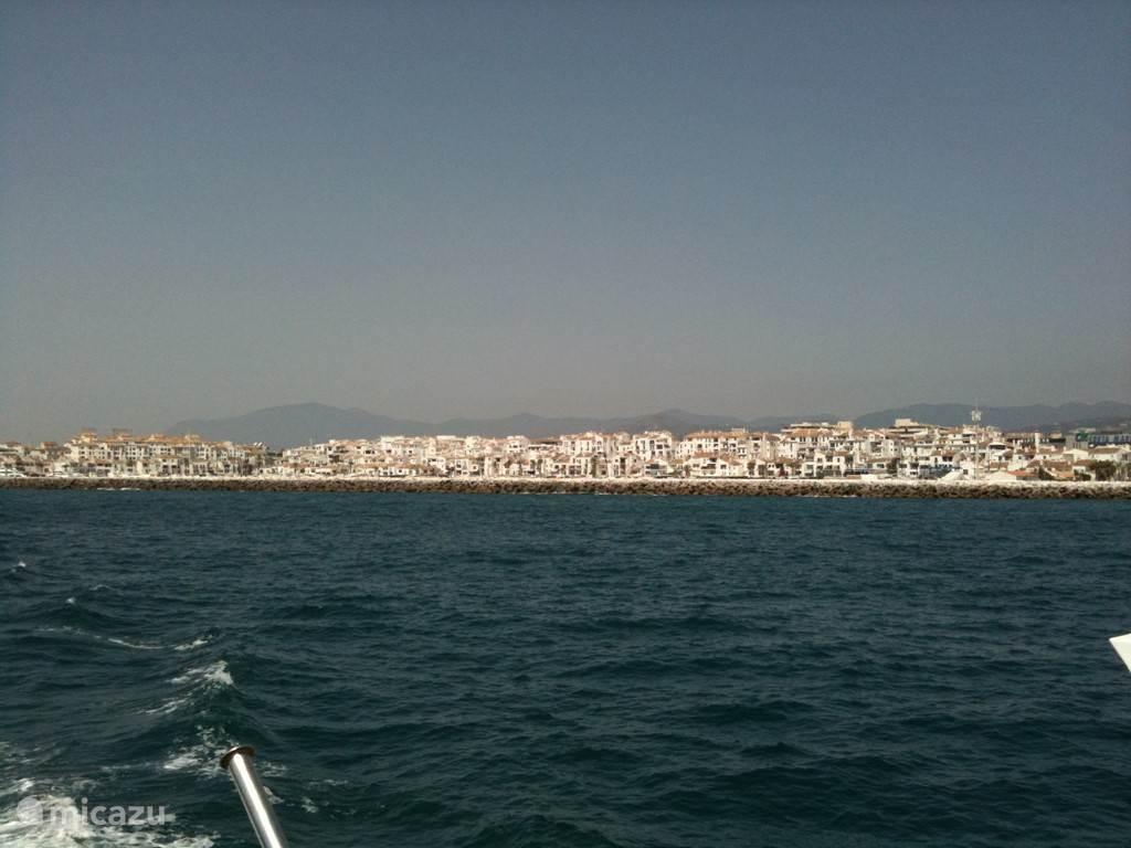 Puerto Banus, in de zomer vaart er een boot en een catamaran van Marbella haven naar de haven van Puerto Banus. Langs de boulevard is het ook een prima te lopen afstand (6km)