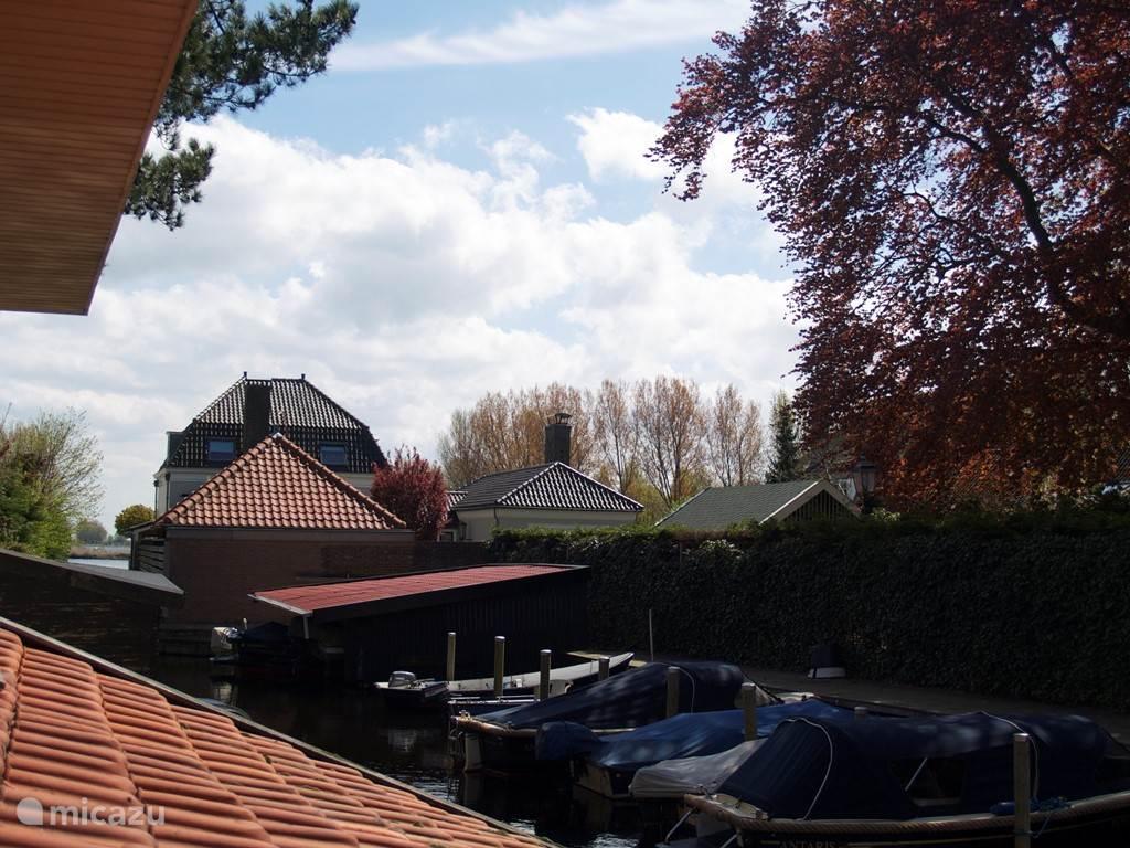 Direct achter het huis liggen bootjes met een open vaarverbinding naar de Kagerplassen.