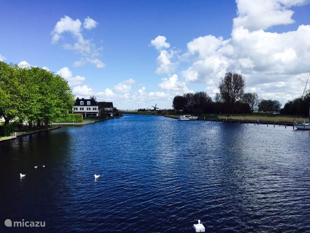 Vanaf de Dorpsstraat voert een loopbrug naar het eiland Koudenhoorn, waar je heerlijk kunt wandelen en zwemmen. Er is een zwemstrandje, en een paviljoen met terras.