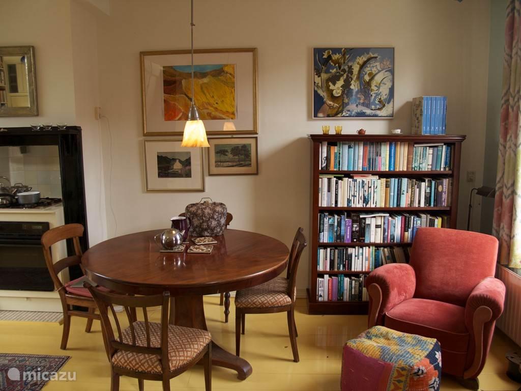 Antieke eettafel, boekenkasten, lekkere plekken om te zitten.