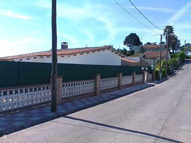 Prive gelegen villa met mooi zwembad. In de Urbanisatie Lloret Blau 5 km van Lloret de mar vandaan. De straat is een doodlopende straat wat alleen gebruikt wordt door de omliggende huisbewoners.
