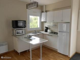 nette open keuken waar alles  aanwezig is.
