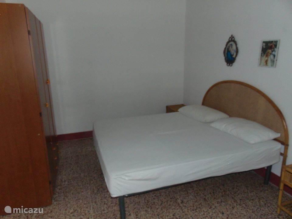 Slaapkamer 2 (een tweepersoonsbed en een eenpersoonsbed)