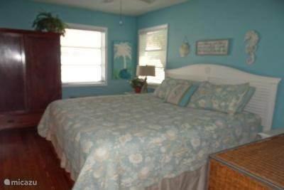 De cottage biedt ruimte voor maximaal 5 personen. Het heeft 2 tweepersoonsslaapkamer en een extra eenpersoonsbed in de waskamer.   In de master bedroom staat een kingsize bed.