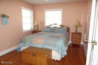 De tweede slaapkamer heeft een queensize bed.