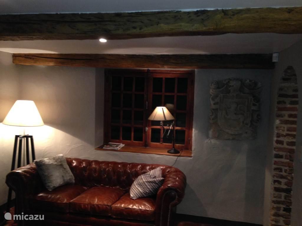Het tweede salon met chesterfield banken, een HD tv en Play Station4