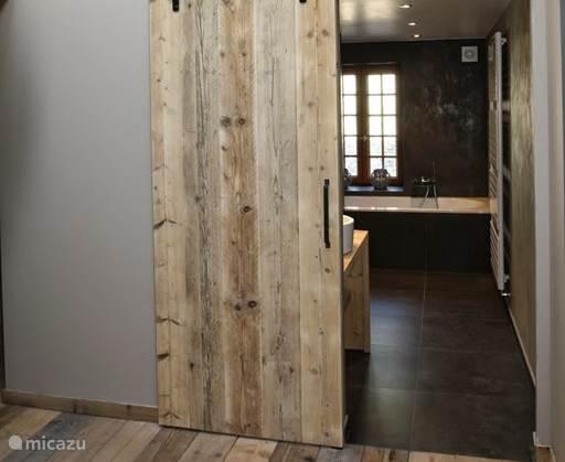 De badkamers werden afgewerkt met Mortex (tadelakt stijl) en steigerhout