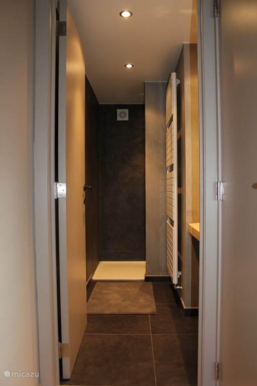 De tweede badkamer met inloopdouche
