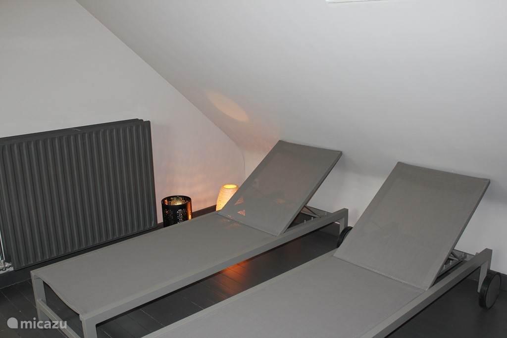 TWee relaxzetels naast de sauna