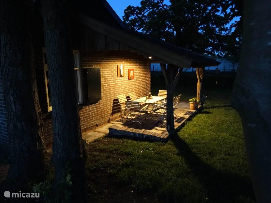 Ook 's avonds kunt u bij mooi weer genieten op het terras.